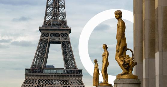 Tres estatuas del Teatro Nacional de Chaillot, donde se celebran los Business Performance Awards y al fondo se ve la Torre Eiffel.