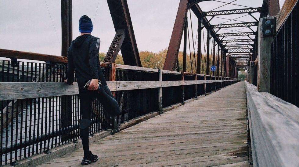 Chico estirando para echar a correr por un puente. CPI- compra pública innovadora