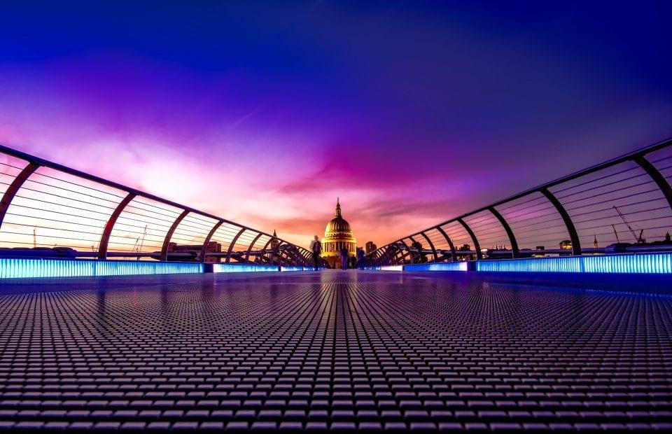 un puente en un atardecer, al final del puente se ve una cúpula de un edificio.declaración recapitulativa de operaciones intracomunitarias.