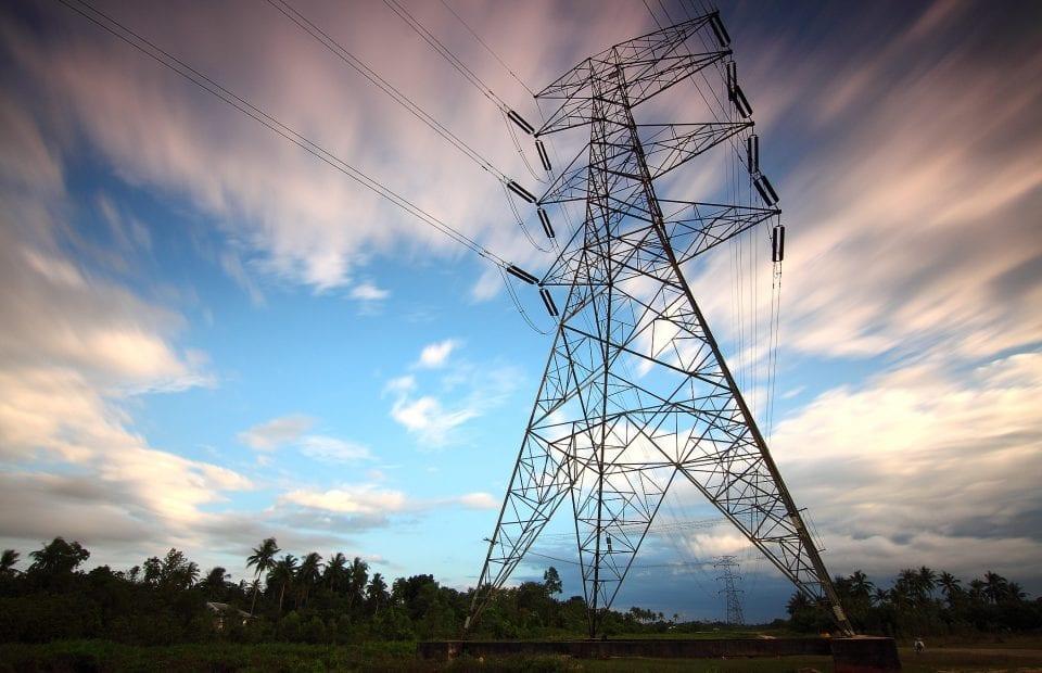 Una torre de cables de electricidad. Pool eléctrico.