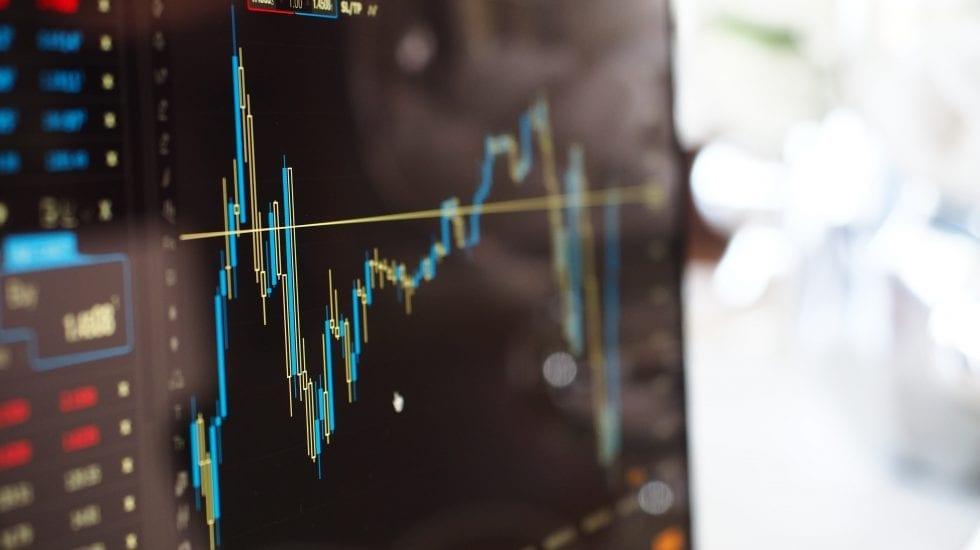 Pantalla de ordenador con un gráfico del mercado de divisas.