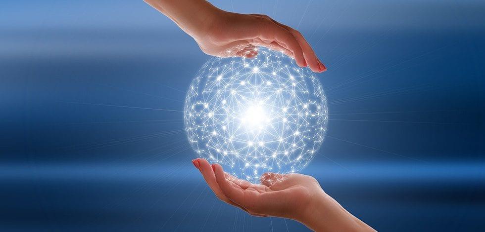 Ciclo Webinars Next Generation EU: Una mano pasa a otra una bola luminosa.